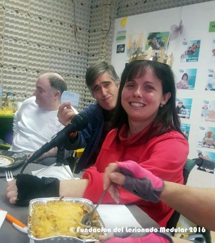 Nuestra flamante ganadora Ana. Detrás Luis, en plena degustación de su rica tapa