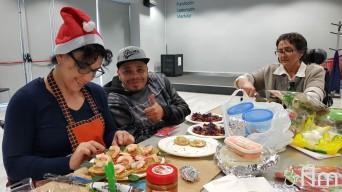 Yoli, Fernando y Encarna cocinando